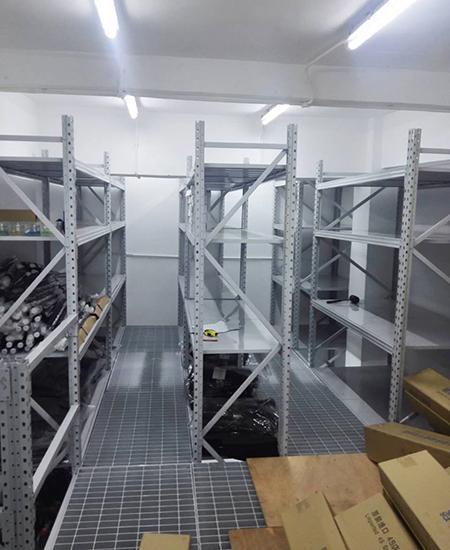 格栅楼面板阁楼式货架-汽车4S店仓库安装成功案